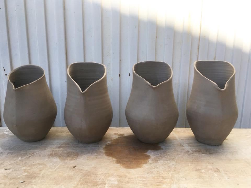 Proceso artesanal de modelado cerámica por Lus Torres La Rambla maceta de colgar Patios de Córdoba