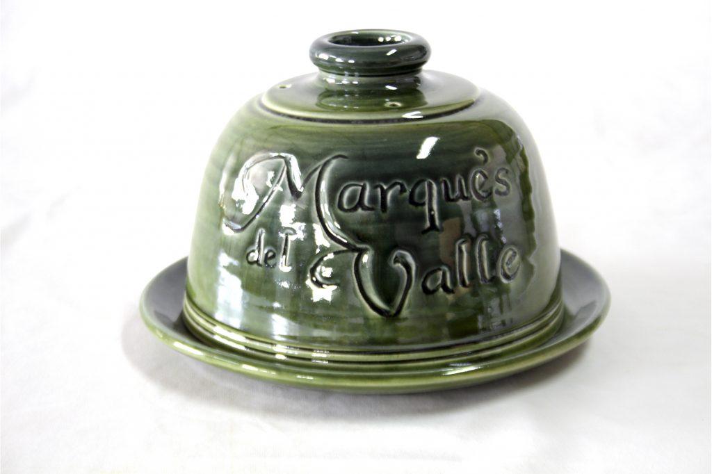 Quesera de cerámica de diseño personalizada por maestro artesano Torres Ferreras para quesos Marqués del Valle Los Pedroches