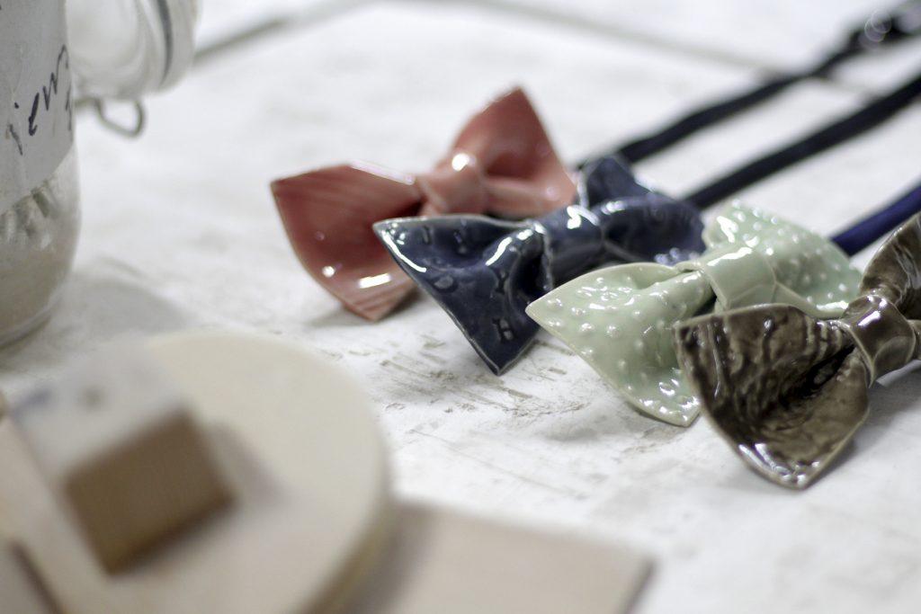 Bowtery. Pajaritas hechas a mano en cerámica. Handmade ceramic bow tie. Made in La Rambla, Spain