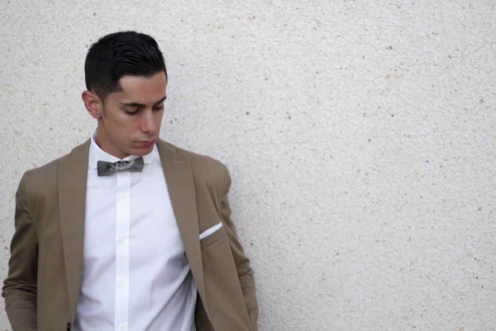 Bowtery. Pajaritas de cerámica hechas a mano. Handmade ceramic bow ties. Modelo. Men's wear. Stylish. Elegant